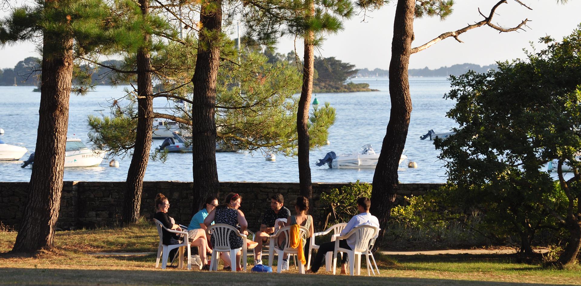 photo d'un groupe de jeunes sur des chaises